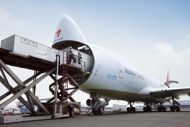 asiana cargo plane loading